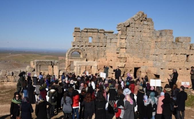 Farklı illerde eğitim gören üniversite öğrencileri Zerzevan kalesini gezdi