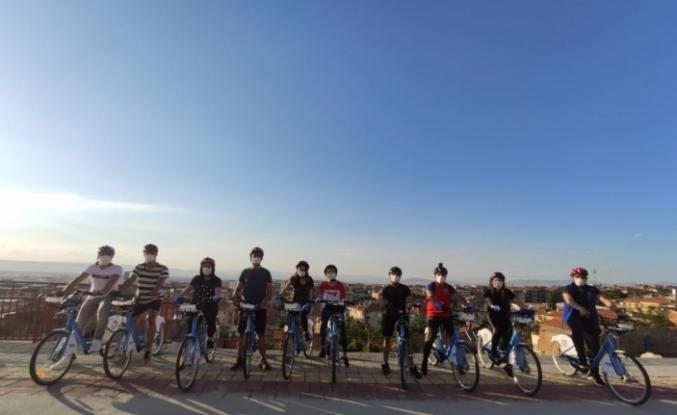 Gönüllü gençler bisikletle 4 günde 44 bin maske dağıttı