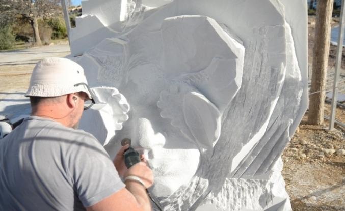 Kuşadası'nda mermer bloklar heykele dönüşüyor