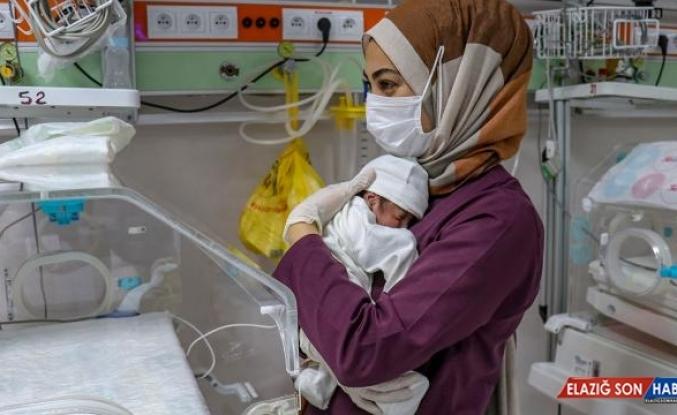 Sağlık çalışanları bakıyor, sütünü diğer anneler veriyor